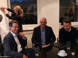 Business Model Workshop Team sitzt zusammen