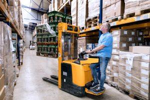 Schiffer Service GmbH: Mann auf Gabelstapler im Lager